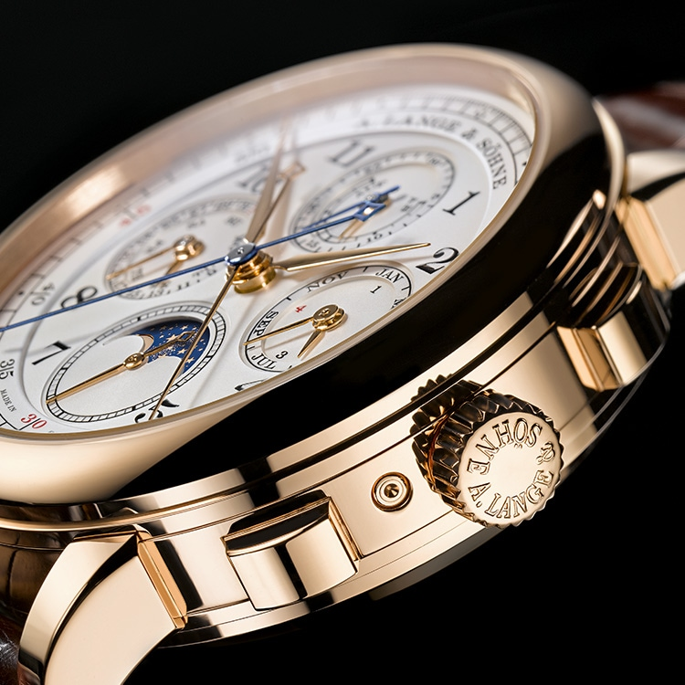The case of the 1815 RATTRAPANTE PERPETUAL CALENDAR in pink gold, with its chronograph buttons for the first timekeeping task.