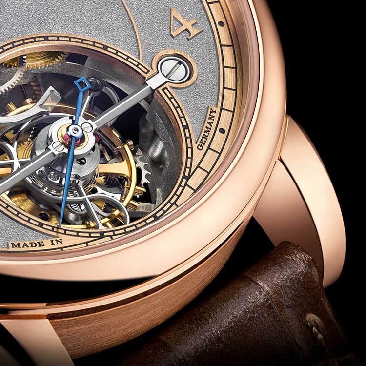 The close-up of the 1815 TOURBILLON HANDWERKSKUNST in pink gold shows the large one-minute tourbillon.