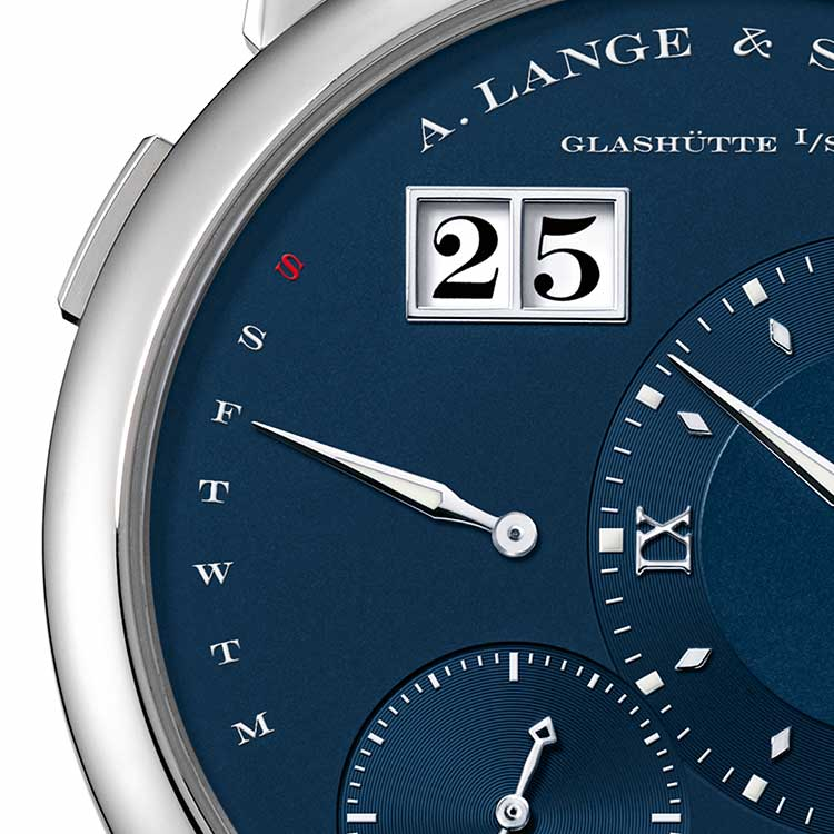 The LANGE 1 DAYMATIC features off-centre time displays without any overlaps and the typical LANGE 1 outsize date.