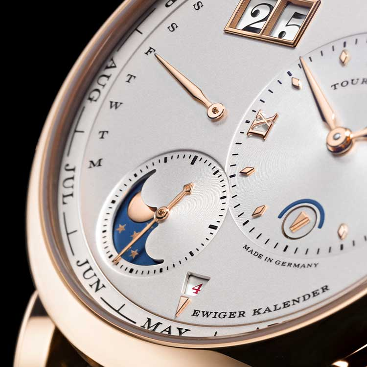 The LANGE 1 TOURBILLON PERPETUAL CALENDAR displays the month on a peripheral ring so as not to disturb the characteristic design of the dial.