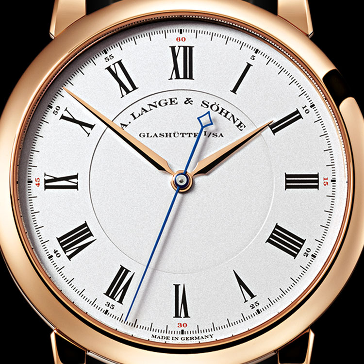 The dial of the RICHARD LANGE in pink gold is reduced to the basic elements of hours, minutes and seconds. The hands are made from pink gold and blued steel.