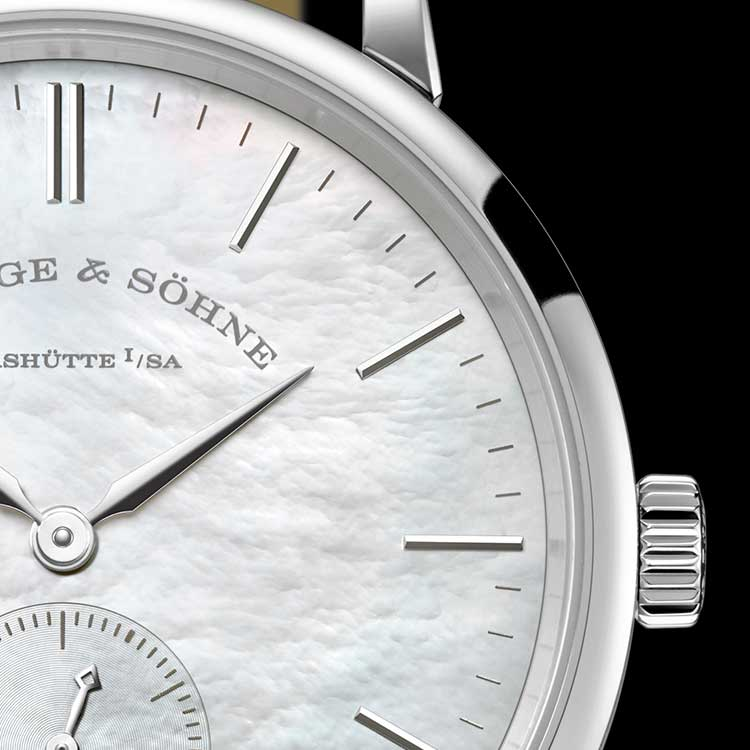 SAXONIA in white gold with dial inlaid with white mother-of-pearl.