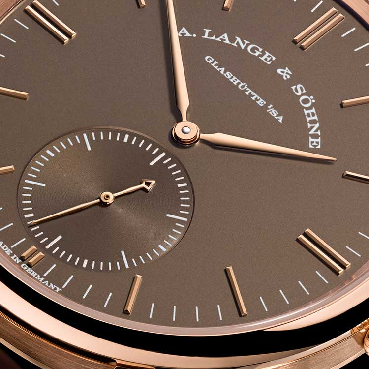 The SAXONIA AUTOMATIC has been completely reengineered and features a clear, harmonious dial design.