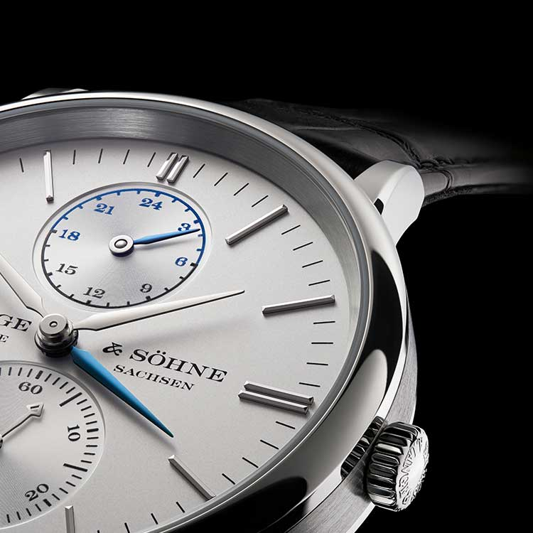 As long as the SAXONIA DUAL TIME is used at home in the basic mode, only the gold hour hand is visible – the blued-steel hour hand runs underneath and with it, out of sight.