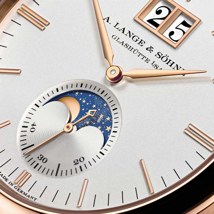 With the chracteristic Lange outsize date and an extremely precise moon phase display, the SAXONIA MOON PHASE combines two venerable complications.