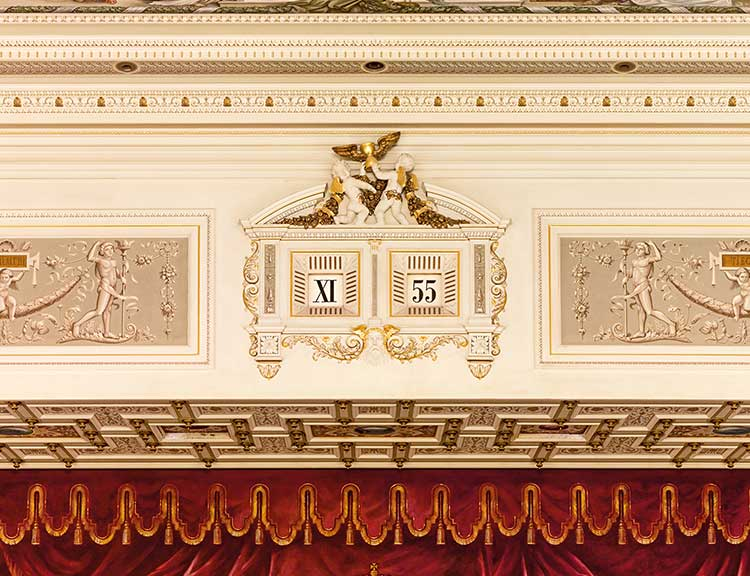 The five-minute clock above the stage of the Semper Opera House