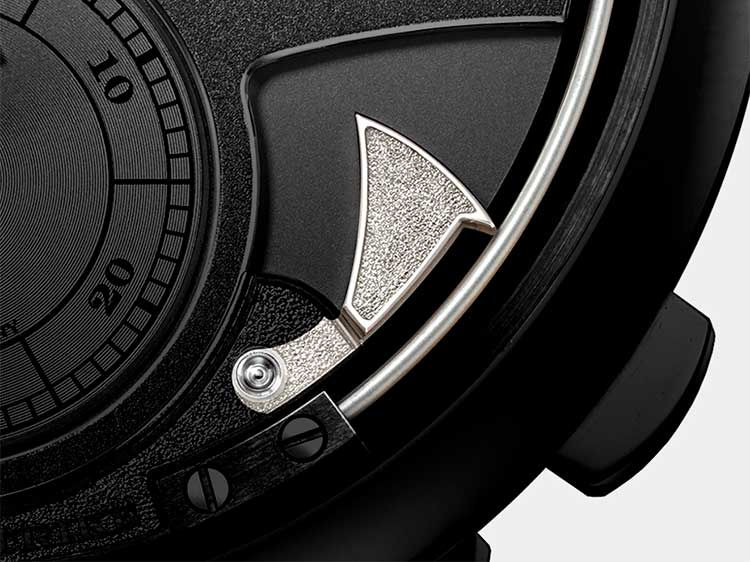 In ZEITWERK models with striking functions, the hammers and gongs are visible on the dial side
