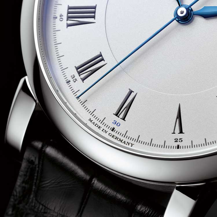 The RICHARD LANGE in white gold has an argenté-coloured dial and blued steel hands. Time can be read accurately to one-sixth of a second.