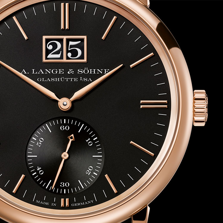 The black dial shapes the expressive face of the SAXONIA OUTSIZE DATE in pink gold.