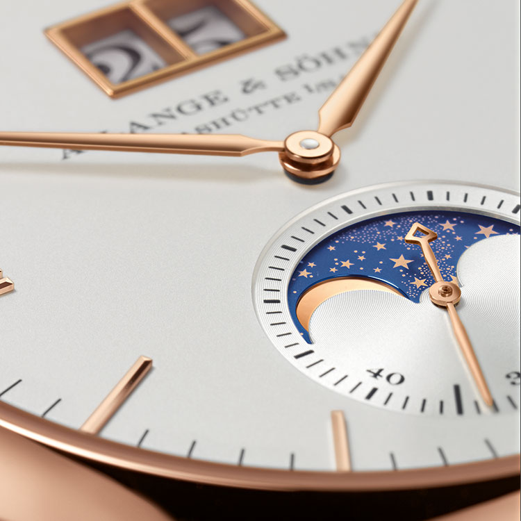 The symmetric arrangement of the date display at 12 o'clock and the moon-phase display at 6 o'clock emphasises the elegance of the SAXONIA MOON PHASE.